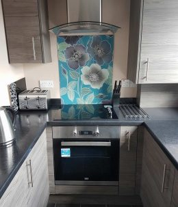 Image of Ila pattern splashback customer photo used in the testimonial page Loved By You at forthefloorandmore.com